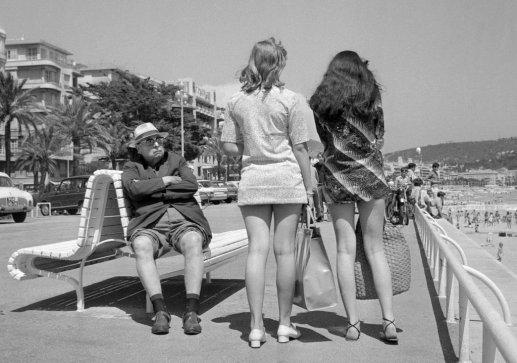 10_un-homme-retraitc-fixe-des-jeunes-femmes-en-minijupes-13-juillet-1969-nice-staff-afp-getty-images