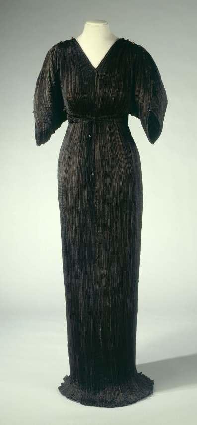 Mariano Fortuny (1871-1949). Robe Delphos en soie noire, perles d'ambre sur les Èpaules, vers 1912. Galliera, musÈe de la Mode de la Ville de Paris.