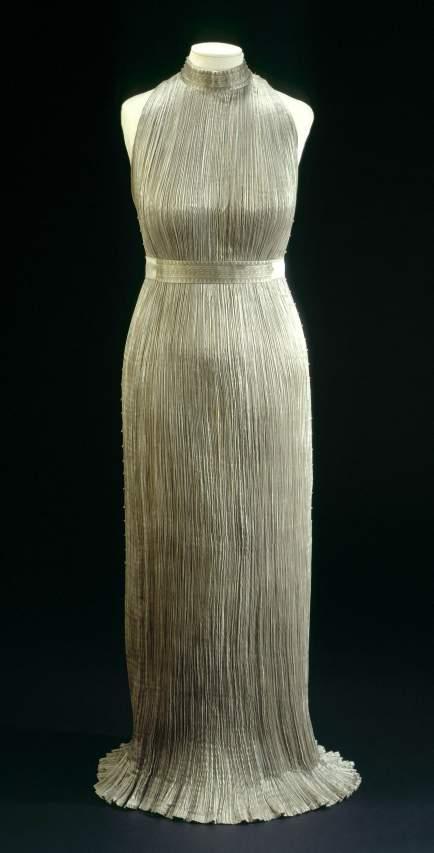Mariano Fortuny (1871-1949). Robe Delphos en soie plissÈe grise, vers 1920. Galliera, musÈe de la Mode de la Ville de Paris.