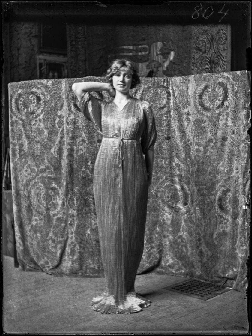 23- Modèle en robe Delphos, 1920